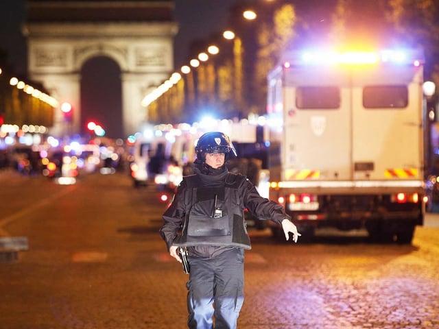 Polizist sperrt Strasse ab