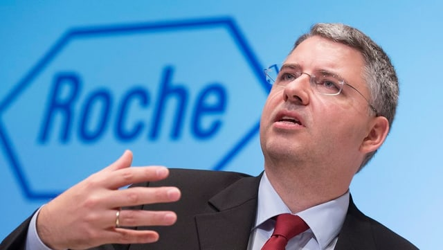 Roche-Chef Severin Schwan vor dem Firmen-Logo