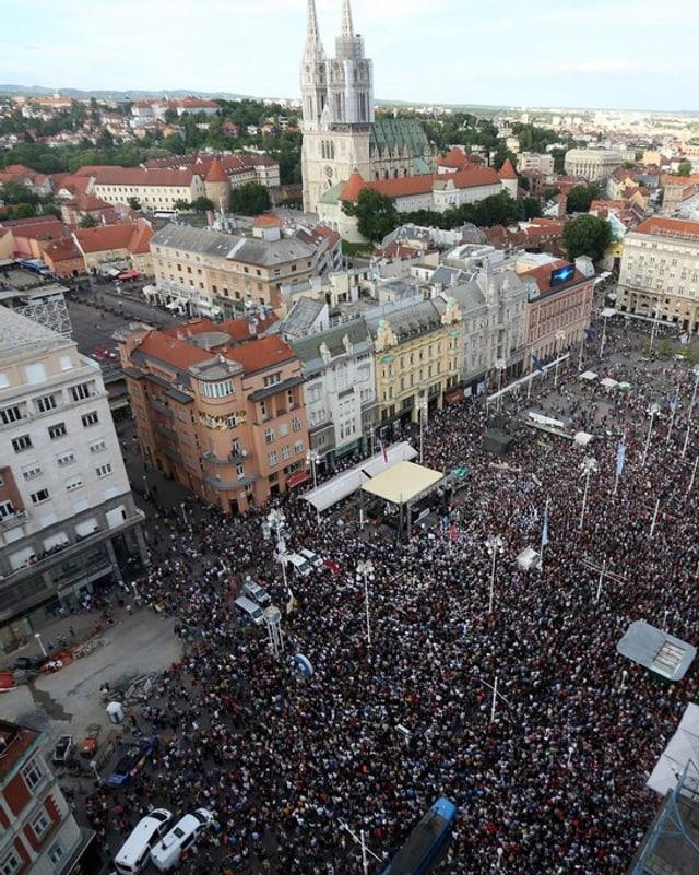 Ina vista sin la plazza principala da la chapitala croata Zagreb cun millis demonstrants.