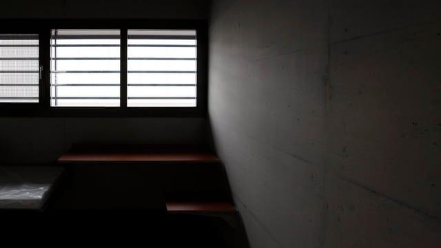 Eine Zelle mit Gitterfenster