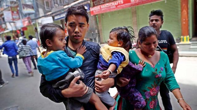 Ina famiglia nepalaisa sin la fugia.