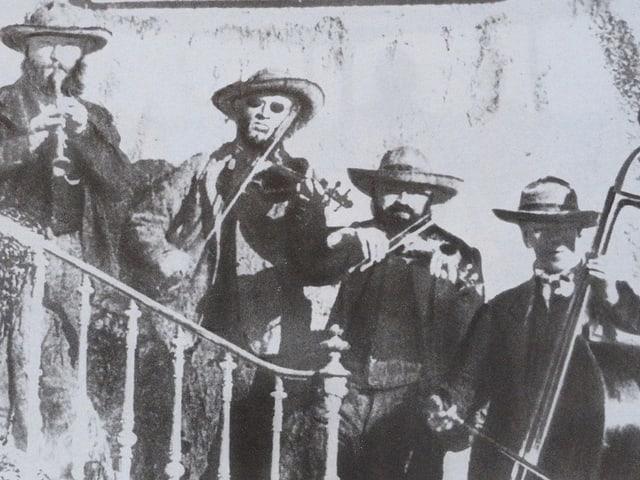 Jenische Musikergruppe spielt auf Treppe.