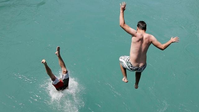 Zwei junge Männer springen in die Aare bei Bern
