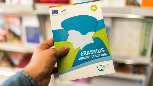 Eine Broschüre zum Austauschprogramm «Erasmus+».