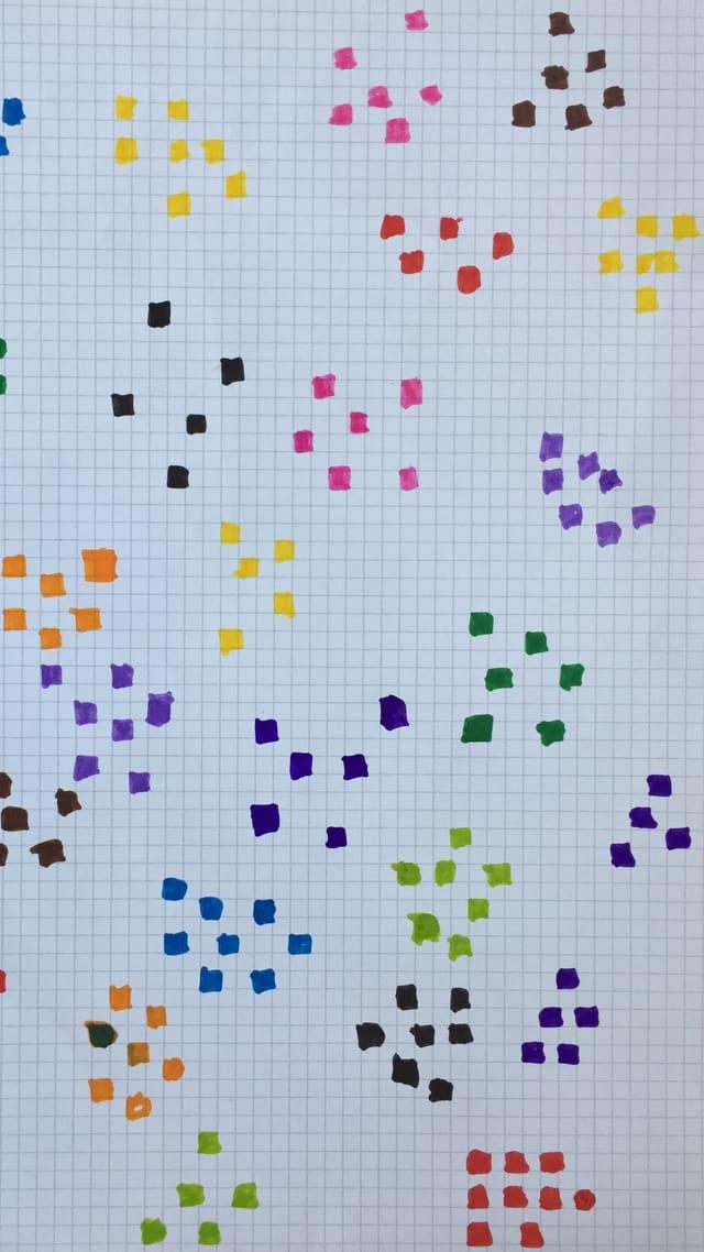 Farbite Muster auf einem gehäuselten Papier. Nachempfunden dem Cover von «Steine in meiner Hand» von Kaouther Adimi