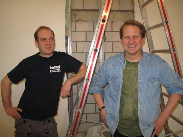 Die beiden Luzerner Künstler Timo Müller und René Odermatt stehen vor einer Leiter in der Luzerner Kunsthalle