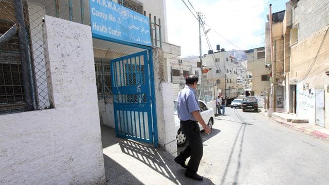 Mann verlässt Gesundheitszentrum der UNRWA.
