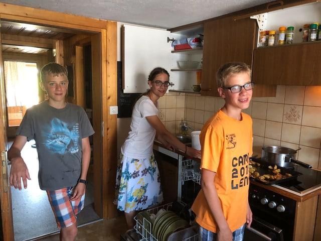 Drei Kinder in der Küche