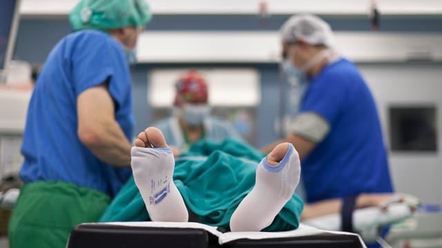 Symbolbild: Patient auf Bahre in Operationssaal