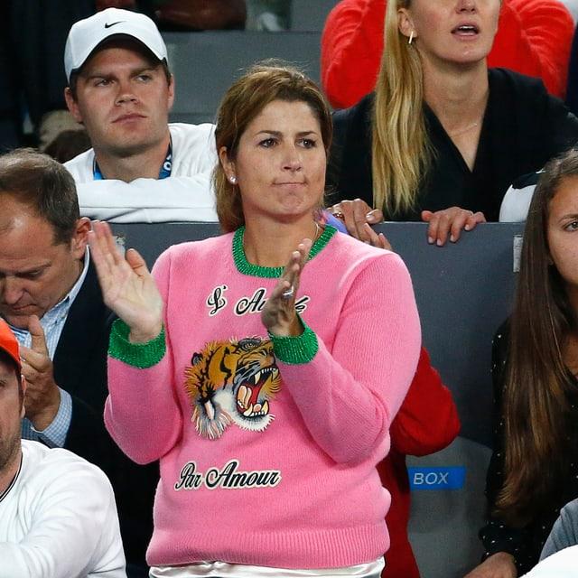 Mirka Federer feuert Roger an.