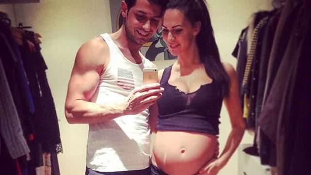 Blerim Dzemaili macht ein Selfie von sich und seiner Freundin, die ihren Baby-Bauch zeigt.