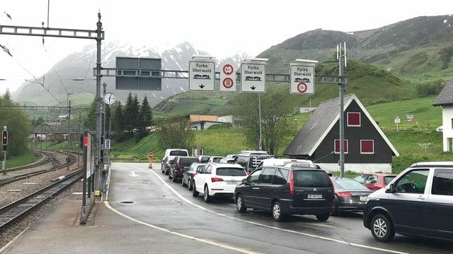 Wartende Autos an der Furka-Verladestation mitten im Dorf Realp.