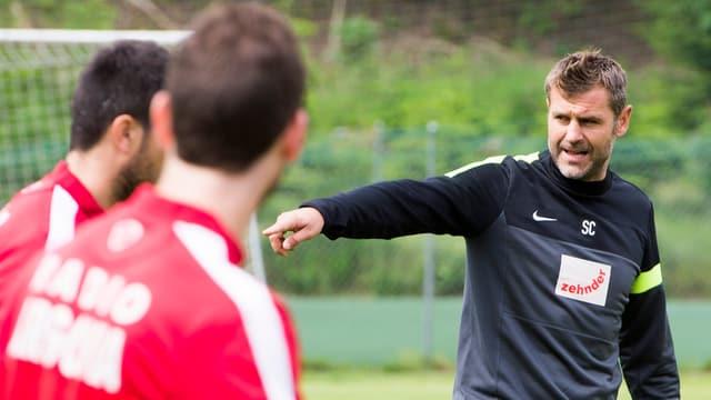 Sven Christ auf dem Trainingsplatz, im Vordergrund FC Aarau-Spieler
