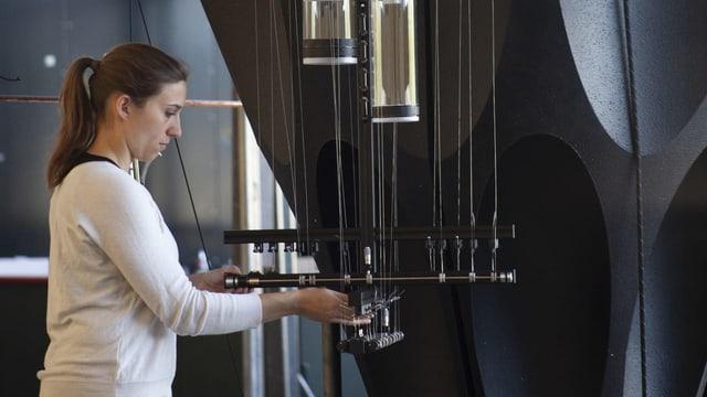 Frau mit Perkussionsinstrument