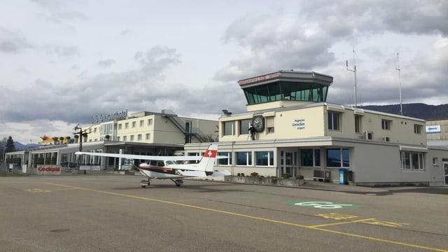 Flughafen-Gebäude, davor ein Flugzeug