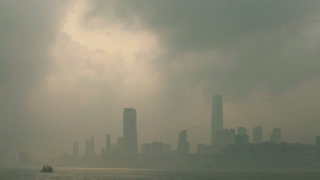 Die Skyline von Hongkong versinkt im Smog.