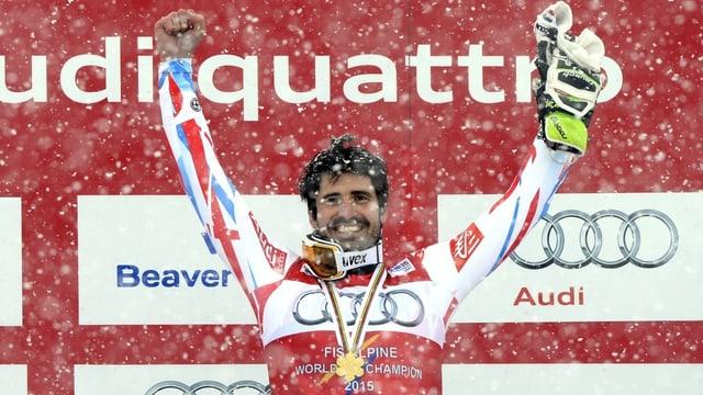Il campiun mundial en il slalom, Jean-Baptiste Grange, vi dal celebrar sia victoria.