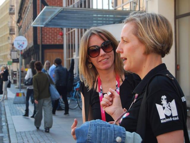Musikredaktorin Sophie Gut und Frida Mebius Önnerfors stehen vor dem Hotel.