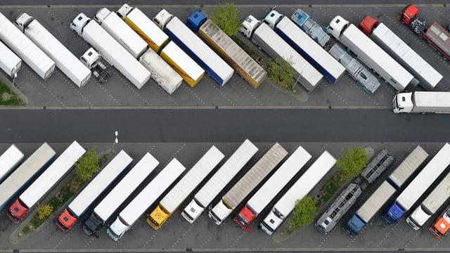 Luftaufnahme: Viele Lastwagen stehen nebeneinander