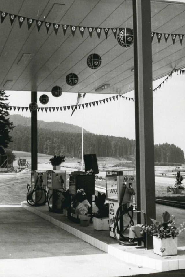 verschiedene Zapfsäulen der Tankstelle Kölliken unter einem geschmückten Dach