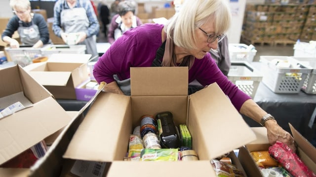 Die eingegangenen Päckli werden von Freiwilligen des Schweizerischen Roten Kreuzes sortiert und an armutsbetroffene Menschen in der Schweiz verteilt.