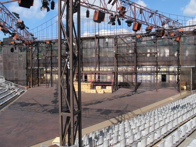 Totale der Bühne der Freiluftoper, auf den Seiten die Sitzplätze.