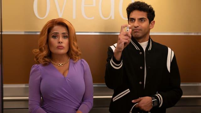 Salma Hayek als machtgierige Unternehmerin Claire Luna und Karan Soni als ihr unterwürfiger Assistent Josh.