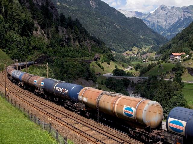 Güterzug mit Tankwagen in Gurtnellen (UR).