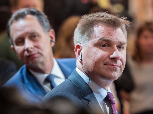 Philipp Müller (FDP) blickt hinter Toni Brunner (SVP) hervor