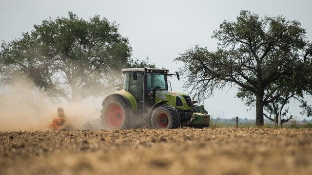 Traktor auf trockenem Feld
