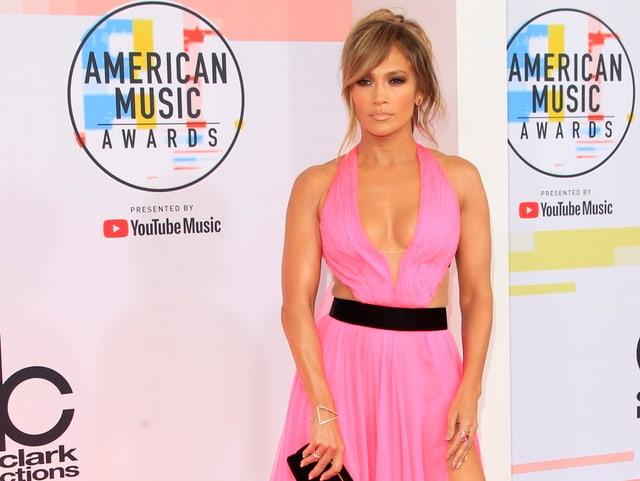 Jennifer Lopez in pinkem Kleid.