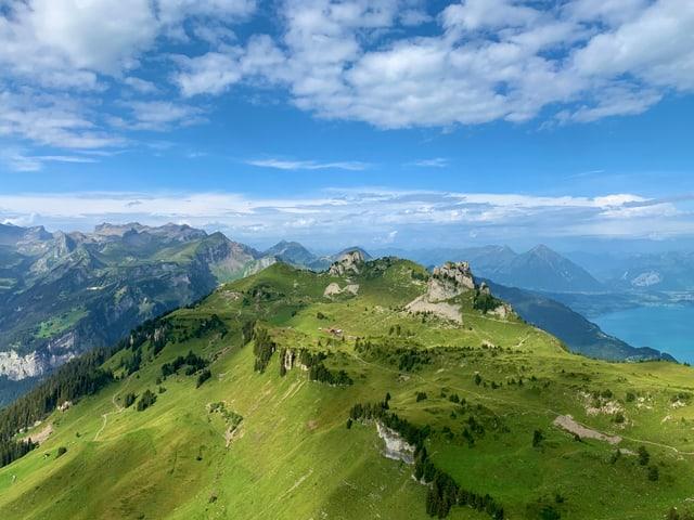 Nur leicht bewölkter Himmel über den Bergen Alpen.