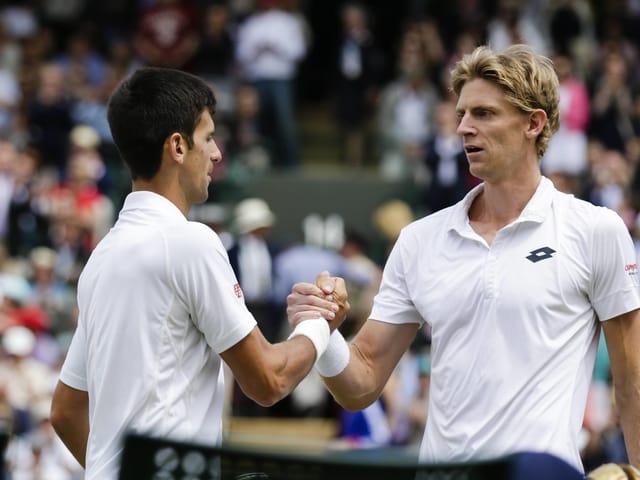 Kevin Anderson gratuliert Novak Djokovic mit einem Händedruck
