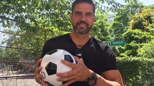Ein Mann (Ex-Nati Goali Pascal Zuberbühler) hält ein Fussball in den Händen.