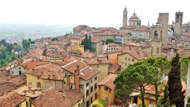 Blick über italienisches Städtchen.