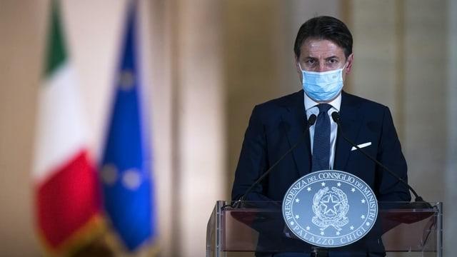 Conte mit Maske am Rednerpult