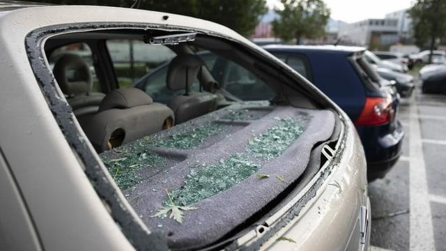 Auto mit kaputter Heckscheibe.