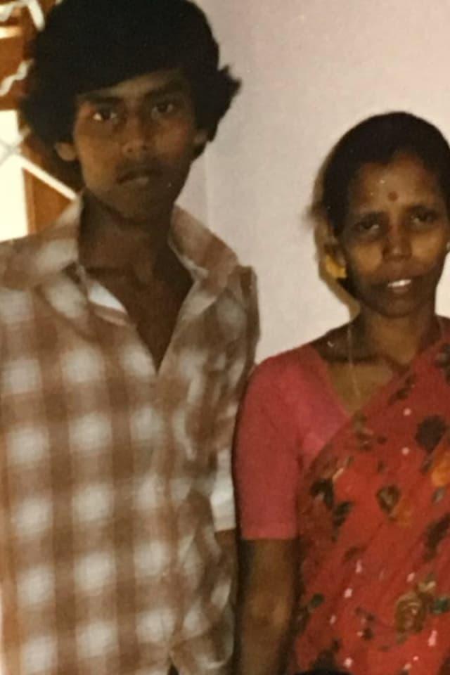 Kumar als Gymnasiast mit seiner Mutter in Sri Lanka
