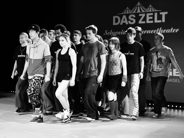Die Artisten proben die Choreographie für das Finale.