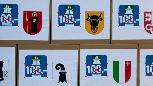 Kisten mit den gesammelten Unterschriftung gegen die 100-Franken-Vignette.