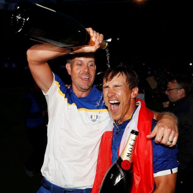 Thorbjörn Olesen (rechts) mit Teamkollege Henrik Stenson nach dem Ryder-Cup-Sieg 2018.