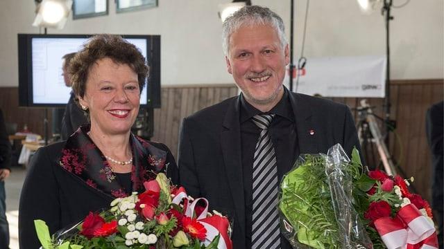Esther Gassler und Peter Gomm mit Blumensträussen nach der Wahl am 3. März.