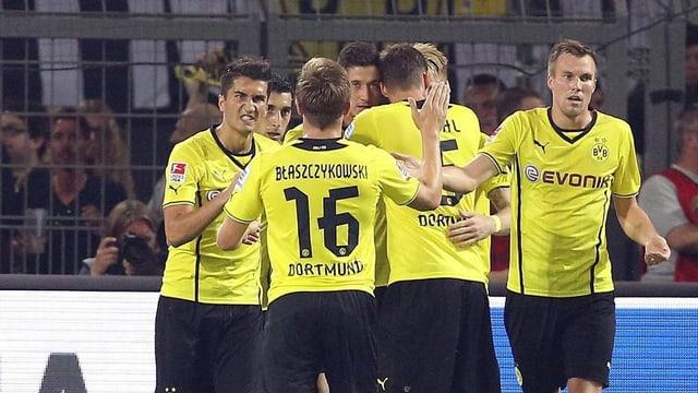 Die Dortmund-Spieler bejubeln den entscheidenden Treffer.