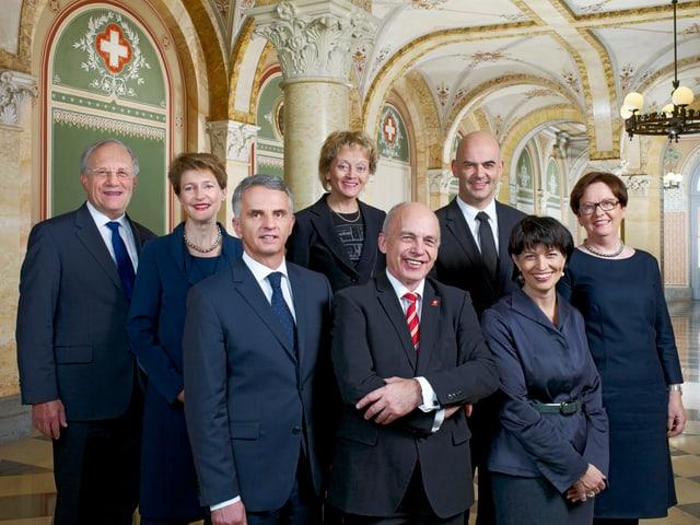 Bundesratsfoto 2013: Ein Gruppenbild vor zeitlos klassischem Hintergrund.