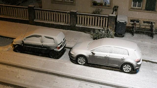 Verschneite Fahrzeuge