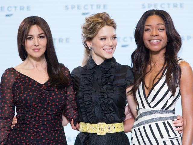 Monica Bellucci (51), Léa Seydoux (30) und Naomie Harris (39) posieren anlässlich der Premiere.