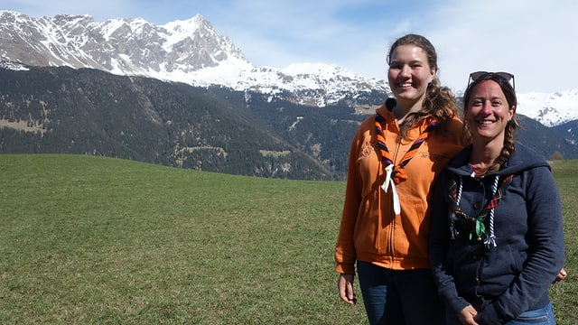 Luna Weggler e Victoria Mosca al curs dals battasendas Grischun, davos è da vesair il Piz Mitgel.