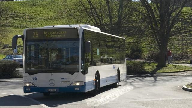 Ein Bus der Luzerner Verkehrsbetriebe VBL, der nach Adligenswil fährt.