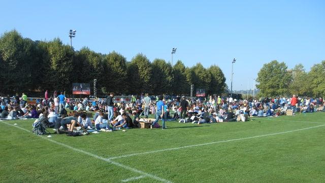 Kinder auf dem Fussballfeld.