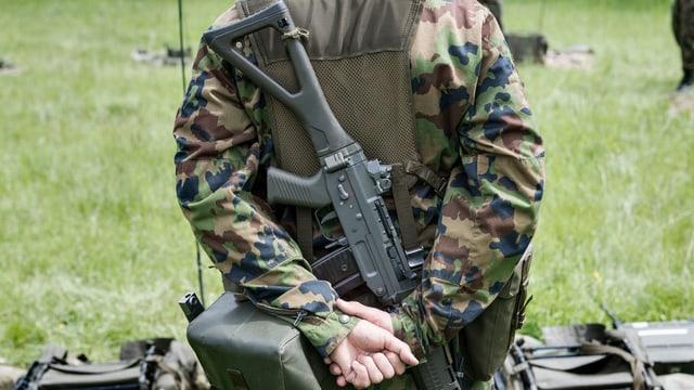 Ein Soldat mit mit Gewehr steht in der Ruhn-Position.